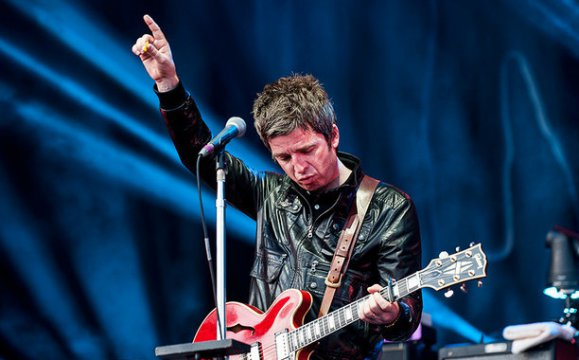 "VIDEO | A Noel Gallagher se le olvidó ""Champagne Supernova"" mientras la cantaba"