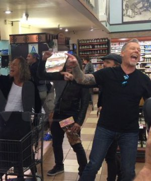 VIDEO | Metallica cantó 'Enter Sandman' con fanáticos en un supermercado