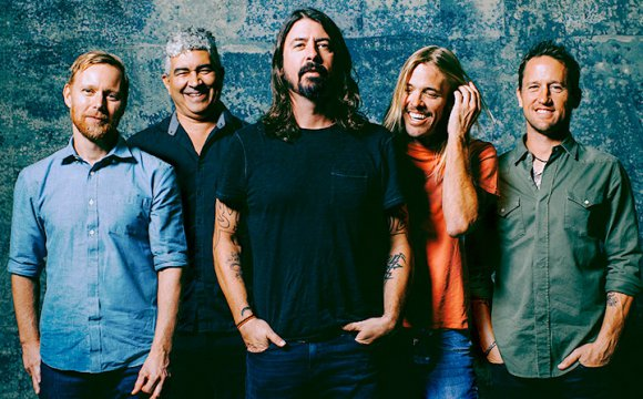 VIDEO | Foo Fighters sorprende a sus fans con concierto sorpresa