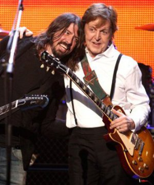 Dave Grohl confirmó que Paul McCartney toca batería en el nuevo disco de Foo Fighters