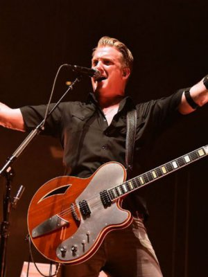 VIDEO | Héroe: Josh Homme separó una pelea en pleno show de Queens Of The Stone Age