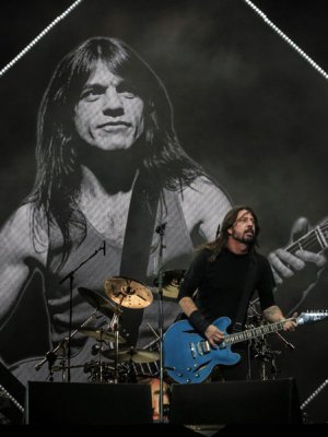 VIDEO | Foo Fighters rinde tributo a Malcolm Young con poderosa versión de 'Let There Be Rock'