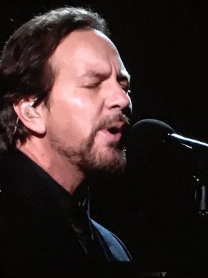 VIDEO | Eddie Vedder hizo emotivo cover de Tom Petty en la sección 'In Memoriam' de los Oscar