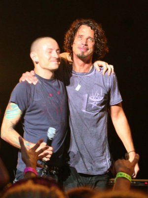 Lee el desgarrador tributo de Chester Bennington de Linkin Park a Chris Cornell