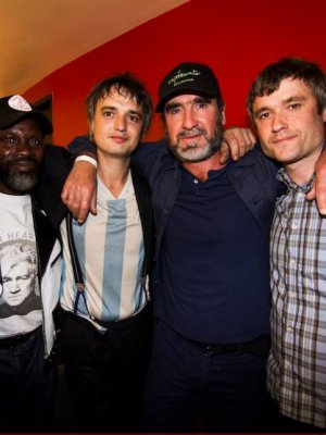 FOTO | El legendario Eric Cantona compartió escenario con The Libertines y Patti Smith en Londres
