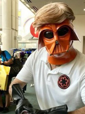 """Darth Trump"": El notable cosplay con que Mark Hamill se burló Donald Trump"