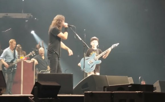 Sorprende nino a Foo Fighters
