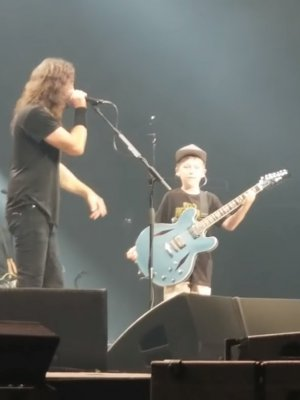 VIDEO | Un fan de 10 años lideró el cover de Metallica que Foo Fighters tocó en vivo