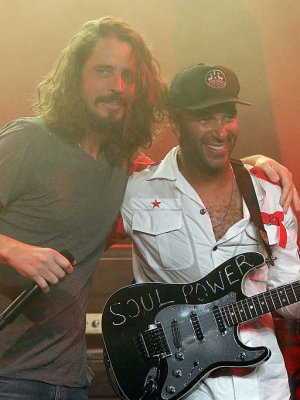FOTO | Tom Morello se reencontró con Chris Cornell gracias a su estatua en Seattle