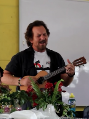VIDEO | Eddie Vedder se reunió con estudiantes sudafricanos e interpretó canciones de The Beatles